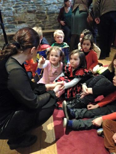 Christina praat vooraf met de kinderen