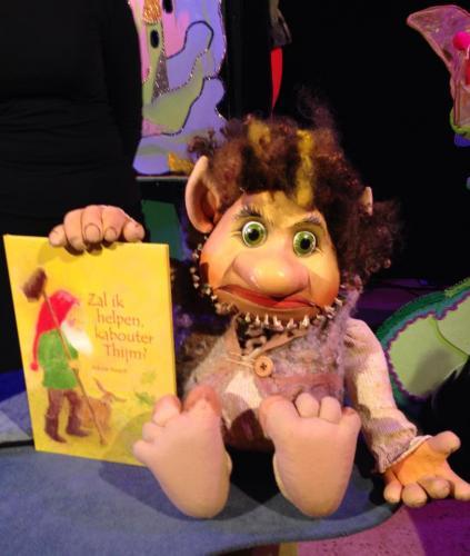De trol verkoopt het boekje van kabouter Thijm.