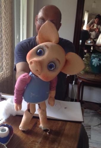De poppenmaker/regisseur is weer bij ons. Met een van de nieuwe poppen voor de voorstelling kabouter Thijm.