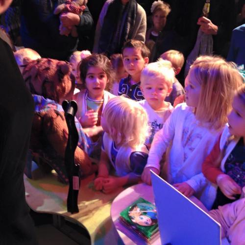 De kinderen zijn totaal gefascineerd door de poppen.