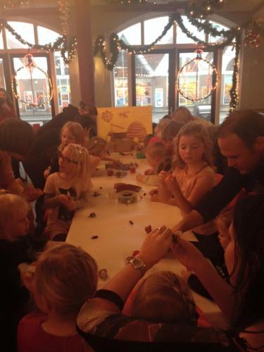 Een lange tafel samen met de kinderen en ouders. Lekker kneden in de was.