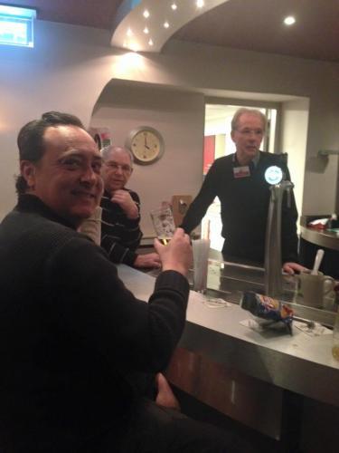 Chris drinkt een biertje met de medewerkers van het theater.