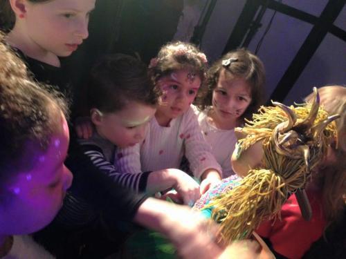 De kinderen willen allemaal de kikkerprinses aanraken, een lief gezicht is dat.